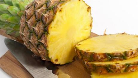 街边卖菠萝小贩刀法神奇,这样处理的方式真的是不曾想到值得一学