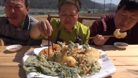 一家人坐在一起吃炸蔬菜,美味还有营养!