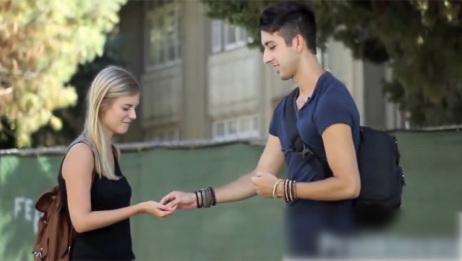 他街头跟女孩玩游戏,居然全都赢了,这到底怎么回事呢?