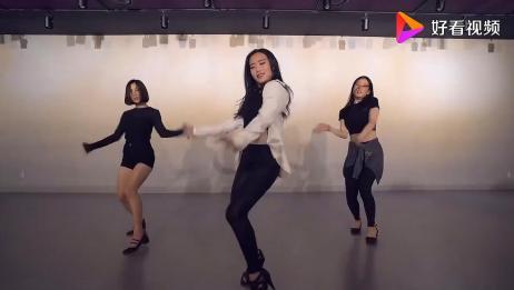 国外三个漂亮小姐姐一起跳舞,舞蹈动作简单易学,快学起来吧!
