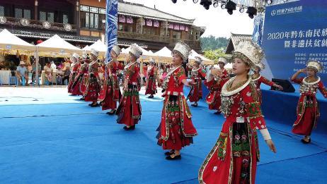 贵州少数民族舞蹈,小姐姐们舞姿动人,吸引众人围观!