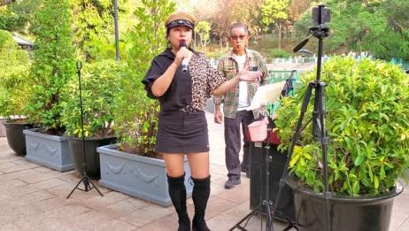 街头歌手喻米英演唱《酒醉的蝴蝶》歌声优美动听,不输原唱