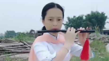 姑娘用笛子吹首《青城山下白素贞》,曲调优美,十分好听