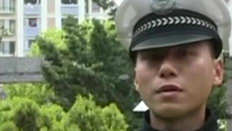 安徽芜湖:幼儿被锁车内 民警砸窗救人