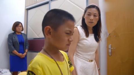 单亲妈妈回家后,孩子一个行为令她暴走,打骂孩子令育儿师一脸惊讶