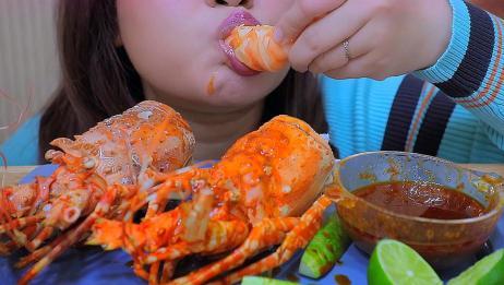哇塞!这么大个头的龙虾尾,蘸着酱吃味道真的超级赞,必须安利