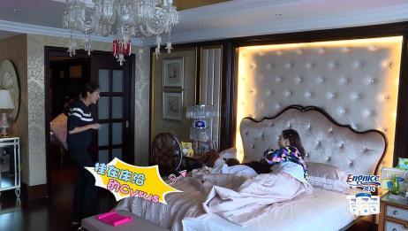 港姐思琦带蒋丽莎儿子Cyrus睡觉,直接被挂在了床沿,太逗了!