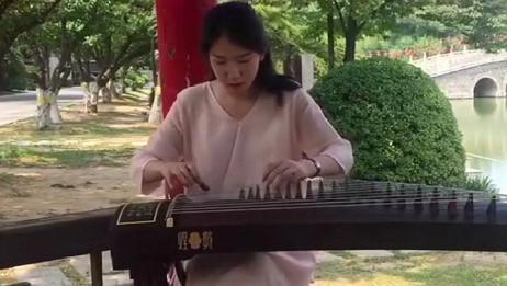 美女古筝弹奏新白娘子传奇之《青城山下白素贞》,曲声悠扬动听!