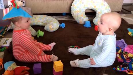 一对可爱的双胞胎宝宝,在咿咿呀呀的交流,真是可爱