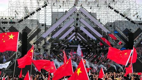 龙应台回应不会唱我的祖国,没想到引起全场合唱,燃爆全场中国心