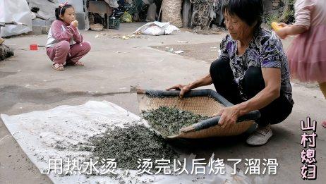 农村婆婆晒好红薯叶,用老式簸箕挑选,农村人过日子爱打算