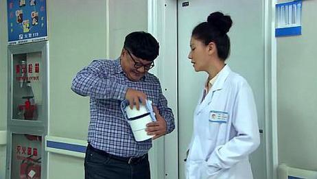 丈夫到医院找妻子,意外撞见老同学对她献殷勤,接下一幕快笑岔!