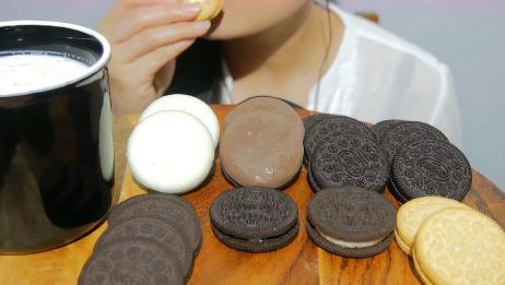 ASMR美女吃巧克力夹心饼干,直接吃,泡泡牛奶吃,都非常好吃!
