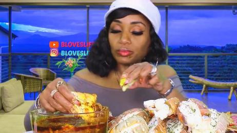 外国的吃蟹阿姨吃龙虾尾,感觉最香的是蘸料!