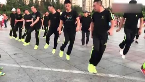 鬼步舞:黑衣曳舞团《花桥情歌》七位男士领舞最大年龄六十二岁