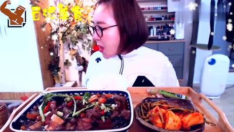 小姐姐直播吃猪肉炖粉条,额外添加一盘泡菜,真是越吃越来劲