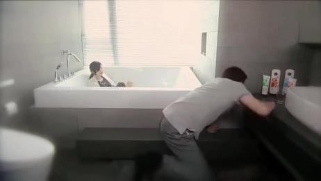 美女喝醉了,抱着马桶狂吐,自己爬到浴缸里睡着了