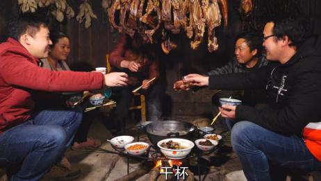 农村一家这样过新年,围着柴火火锅简单而欢乐,这种火锅你吃过吗
