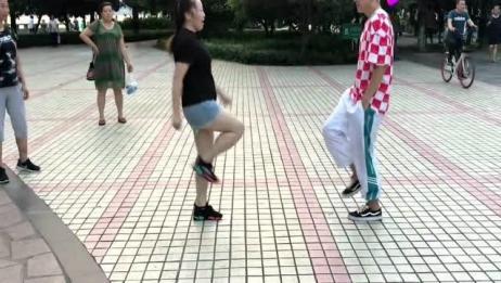 看50岁美女与17岁小伙对跳鬼步舞,美女这舞姿也太带劲了!