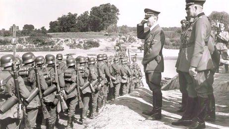 希特勒挥兵入侵波兰,闪电战取得成功,他的狂热分子们为他呐喊