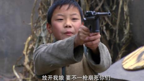 两个山贼欺负孤儿寡母,不料小孩抬手一枪,直接给他开个窟窿!