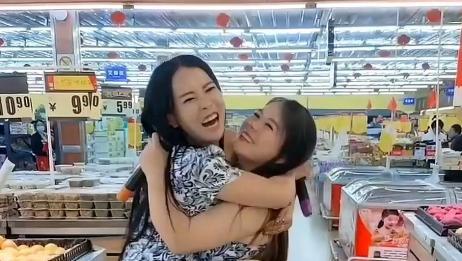 姐妹花在超市合唱《夜之光》,嗓音迷人好听,句句饱含真情
