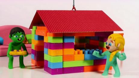 小艾莎和小绿人用积木堆了一个房子,两人还玩起了过家家