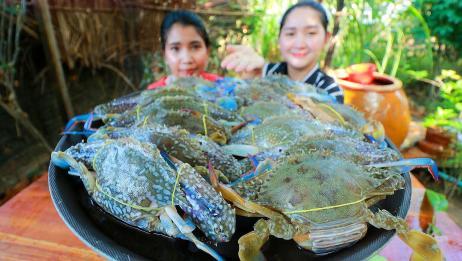 柬埔寨农村巧妇,拿来一盘螃蟹,芒果,黄瓜,看看她们是什么吃法