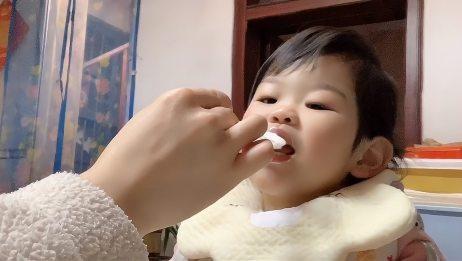 宝宝第一次吃酸奶,这表情真的萌翻了!宝宝不愧是宝宝!
