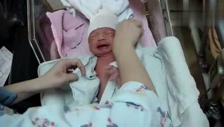 温柔护士MM讲解帮宝宝换衣服和包裹包巾的过程!萌宝宝很配合