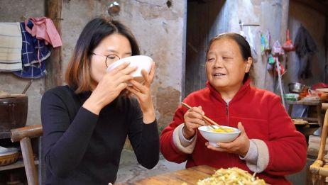 儿媳喜欢吃红薯,婆婆用农村传统方法做,软糯香甜,放几年都不会坏