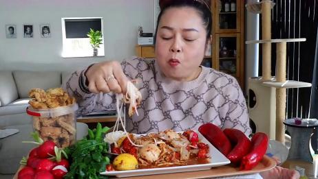泰国胖大姐吃海鲜粉,鲜虾扇贝凉拌米粉,配上猪肉,香辣可口鲜美
