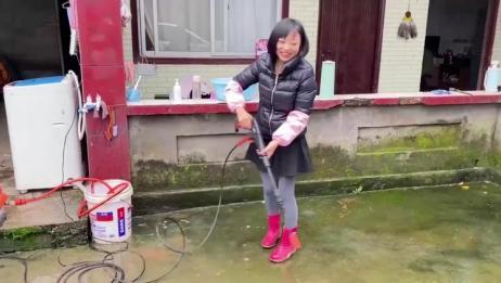 农村姑娘下雨天洗院子,天气潮湿青苔太厚,不处理就会滑倒