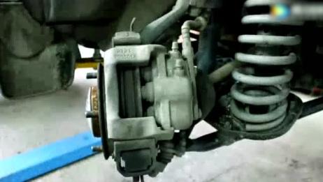 刚买的二手汽车轮胎有异响,拆开刹车片一检查,后背湿透了