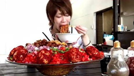 日本大胃王小哥:吃12斤超辣的面条,整个全是辣椒?