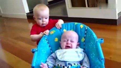 老爸让3个月小宝宝学翻身 下一秒宝宝动作 简直把人可爱极了