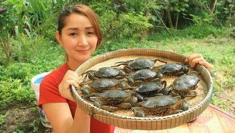 柬埔寨农村巧妇,拿来一盘螃蟹,看看她如何烹饪,太馋人了