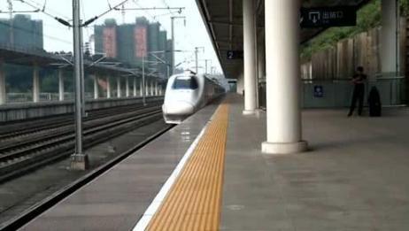 和谐号进黄石北站,机声轰轰候车旅客感到震耳欲聋