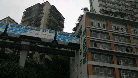 重庆地铁穿进房子了,震撼
