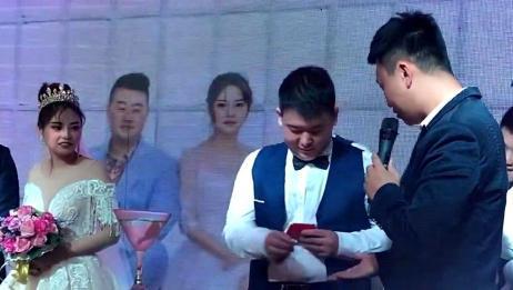 婚礼现场,伴郎为了不受主持人为难现场塞红包,真是太现实了!