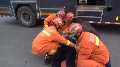 「直击一线」面包车追尾货车司机被困 廊坊消防救援后护送伤者到医院