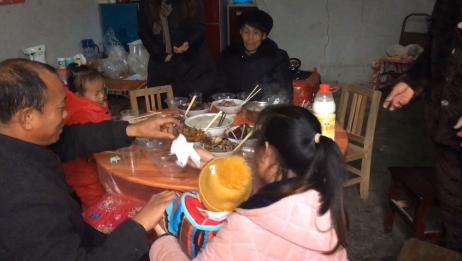 丈母娘家吃年夜饭,四代同堂团团圆圆在农村幸福就是这样简单