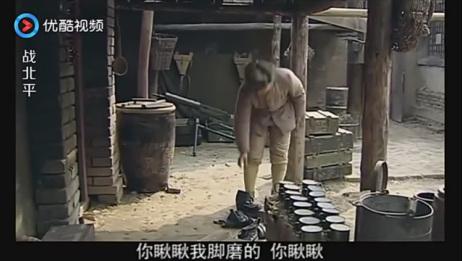 士兵把靴子扔了要穿布鞋,结果团长一看,不穿袜子还能不磨脚?