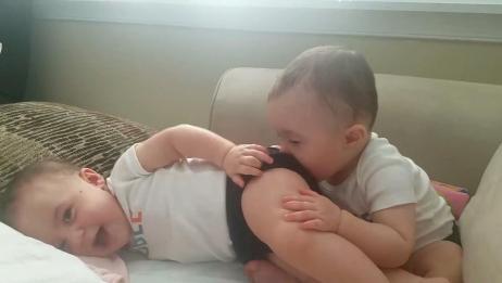 双胞胎哥哥亲弟弟的屁股,不料弟弟竟放了个屁,爸妈瞬间笑岔气了
