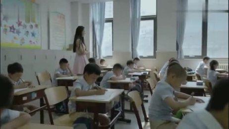 酷爸俏妈晓航期末考试,小颖教师在监考,晓航还感觉试卷轻快