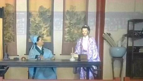 李清照出身名门,父亲是苏轼的弟子,与秦桧的妻子是表姐妹
